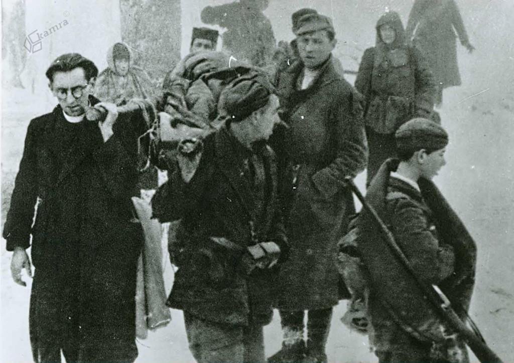 Borci 14. divizije pri prenosu ranjencev, Graška gora, februar 1944