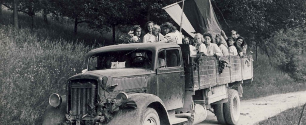 Mladinke iz Gornjega Grada na poti na prvo okrožno manifestacijo v osvobojenem Celju, 27. 5. 1945