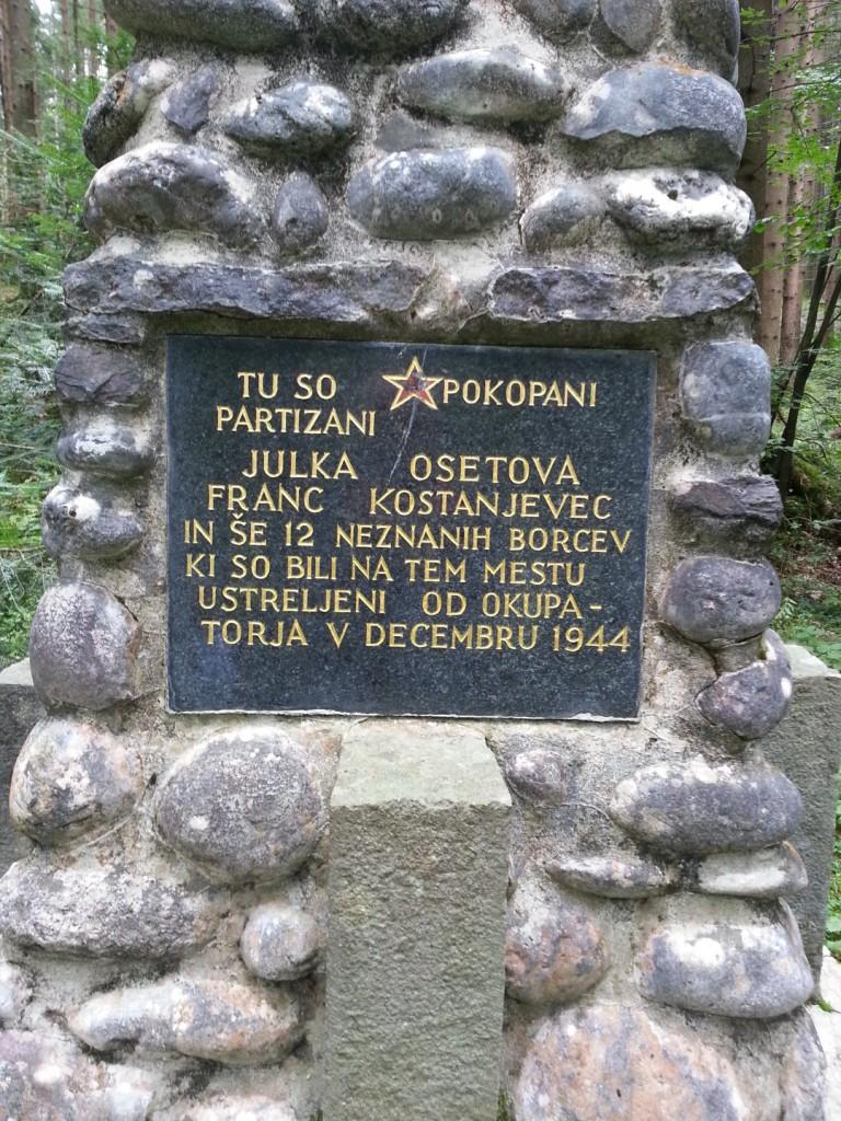 Napis na spomeniku v Radmirju