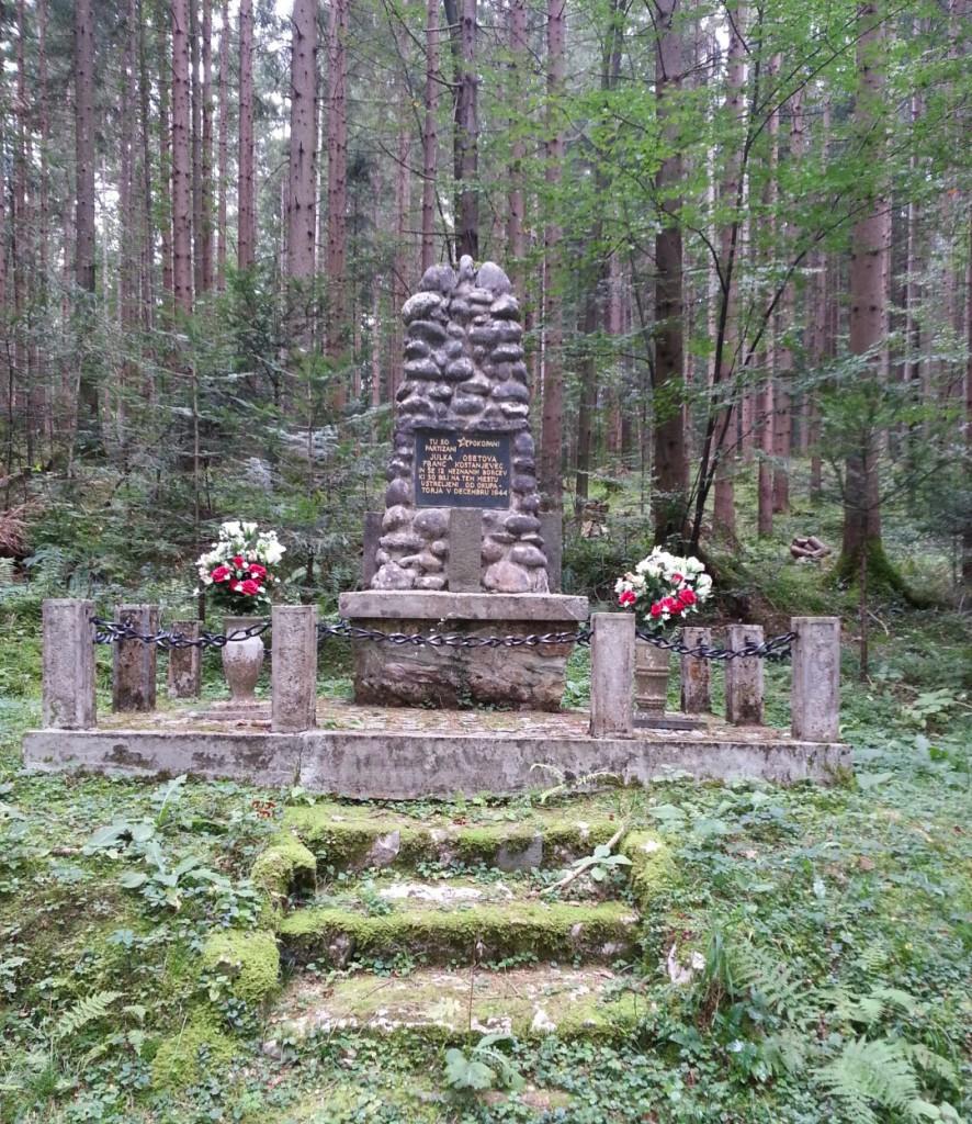 Spomenik - grobišče 14-ih ustreljenih partizanov v Radmirju
