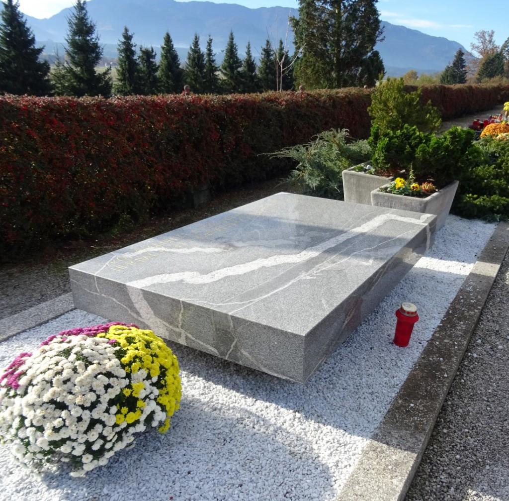 Spomenik - grobišče osmih padlih borcev na pokopališču na Rečici ob Savinji