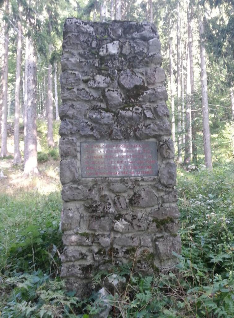 Spomenik - grobišče treh borcev, na Stonu, Poljane