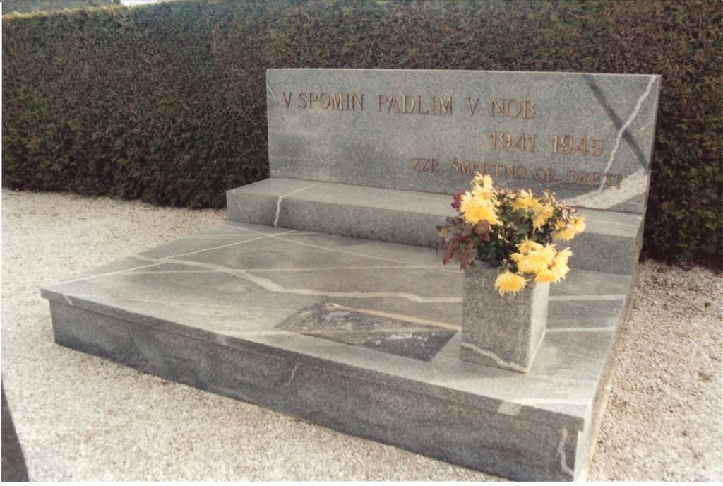 Spomenik padlim borcem na pokopališču v Šmartnem ob Dreti