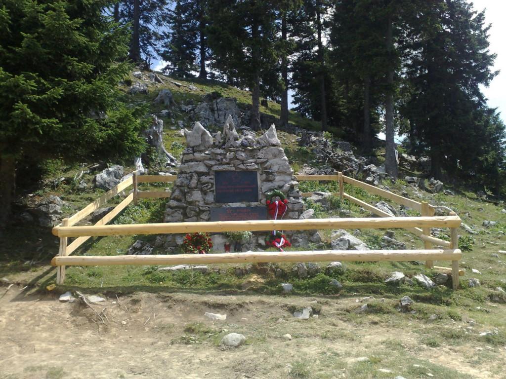 Spomenik vsem padlim borcem na Menini planini 1941-1945