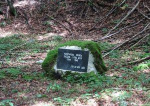 Spominska plošča na mestu, kjer je delovala partizanska bolnica v Lučki Beli
