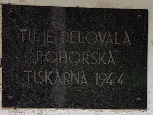 Spominska plošča kraja delovanja tiskarne M 4 (Pohorska tiskarna) v Mačkinem kotu.