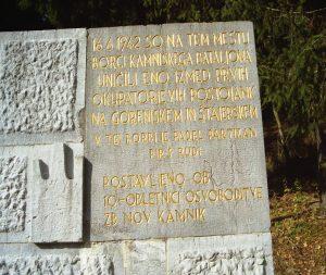 Spomenik s spominsko ploščo na Črnivcu v spomin napada na nemško postojanko na Črnivcu 16. junija 1942