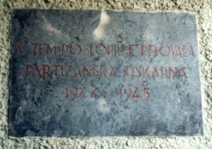 Spominska plošča kraja delovanja partizanske tiskarne 8M v času 1944-1945
