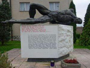 Spomenik, posvečen 121 padlim borcem NOB in žrtvam okupatorjevega nasilja 1941 – 1945
