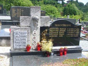 Spomenik s spominsko ploščo štirim žrtvam okupatorjevega nasilja