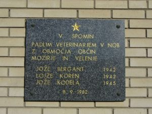 Spominska plošča, posvečena padlim borcem veterinarjem, vzidana na stavbi Veterinarske postaje Mozirje