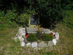 Spomenik – grobišče s spominsko ploščo, posvečeno dvema borcema NOB, ob cesti Ljubija – Lepa Njiva.